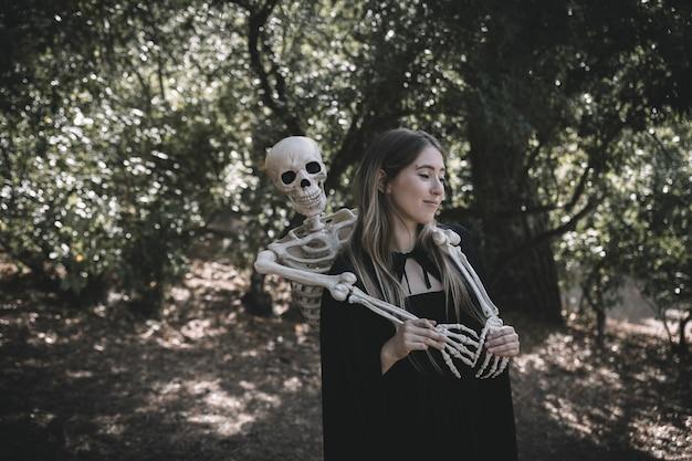 Squelette debout derrière la femme qui clignote
