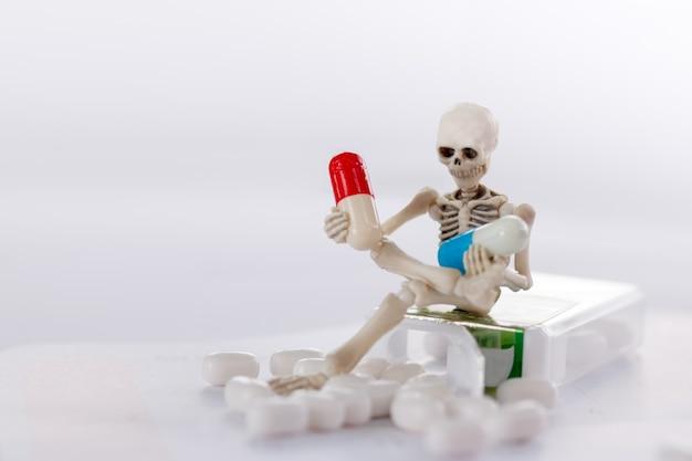 Squelette et drogue, santé médicale et contre le concept de drogue.