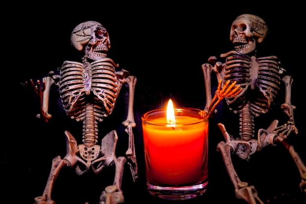 Squelette humain le soir d'halloween aux chandelles.