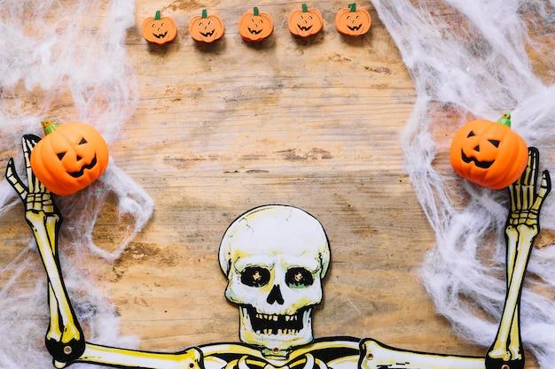 Squelette en papier et petites citrouilles