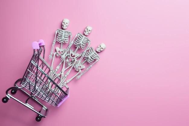 Squelettes dans un caddie.