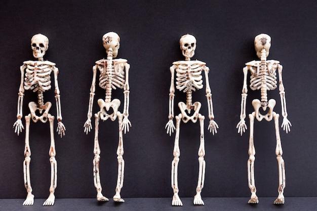 Squelettes sur fond noir. jour du concept de la mort. carte d'halloween.