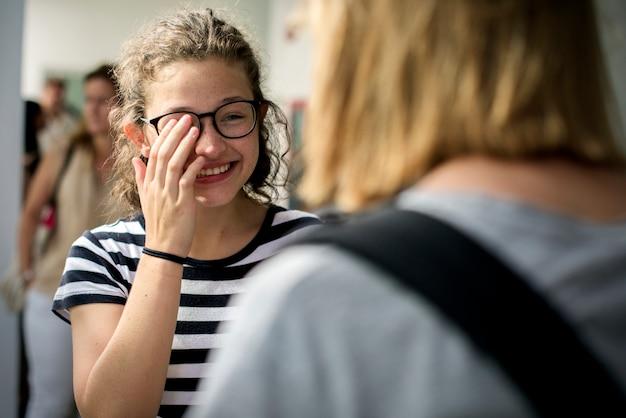 Srudents filles parlent en souriant ensemble