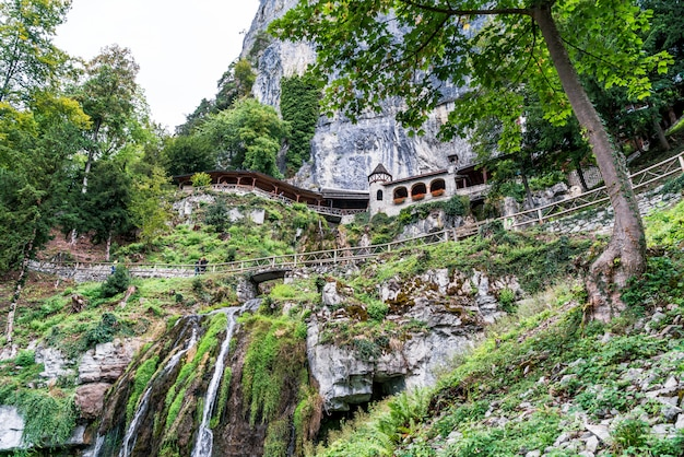 St beatus cave et cascades au-dessus de thunersee, sundlauenen, suisse.