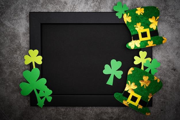 St patricks day, chapeau de lutin festif et shamrocks verts sur cadre photo