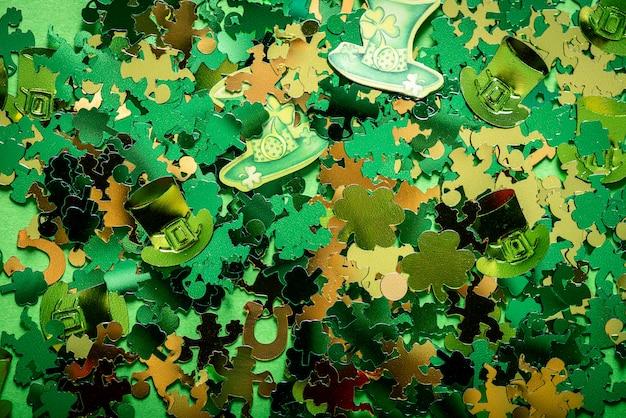 St patricks day symboles tels que trèfles, fers à cheval, lutins, monnaies et chapeaux