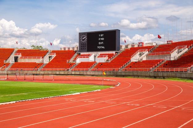 Stade d'athlétisme piste de jogging lignes rouges. voie de départ. 1,2,3,4,5,6,7.