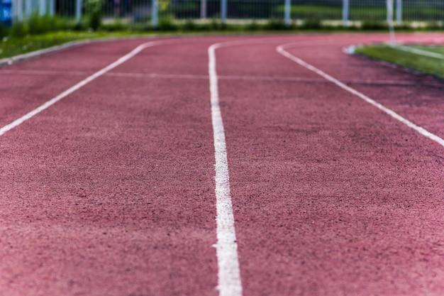 Stade d'athlétisme vide sur une journée d'été