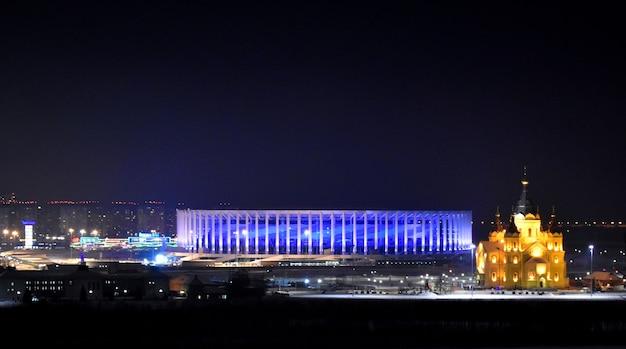 Stade de football et église orthodoxe brillent la nuit. nijni novgorod