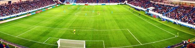Stade de football, lumières brillantes, vue depuis le terrain. notion de football