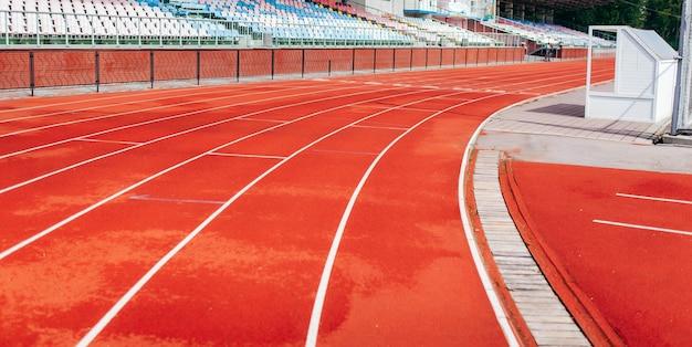 Stade avec tapis roulants en été