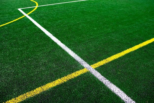 Stade de terrain de football universitaire ou scolaire, fond d'herbe verte