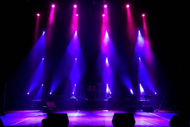 Stade vide. lumières multicolores, spectacle de lumières au concert.