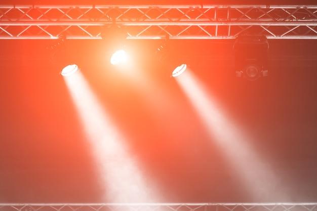 Stage spotlight avec des rayons laser. fond d'éclairage de concert