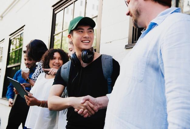 Stagiaire heureux serrant la main de son patron