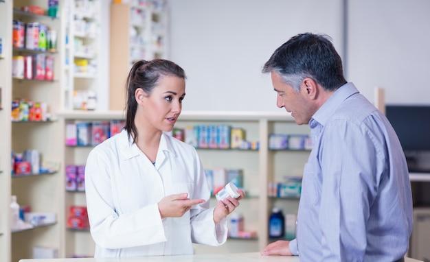 Stagiaire et son client parlent de médicaments