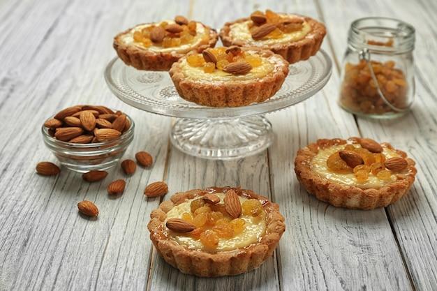 Stand de desserts avec de délicieuses tartes croustillantes sur fond de bois