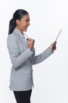 Stand de femme d'affaires asiatiques en costume formel gris