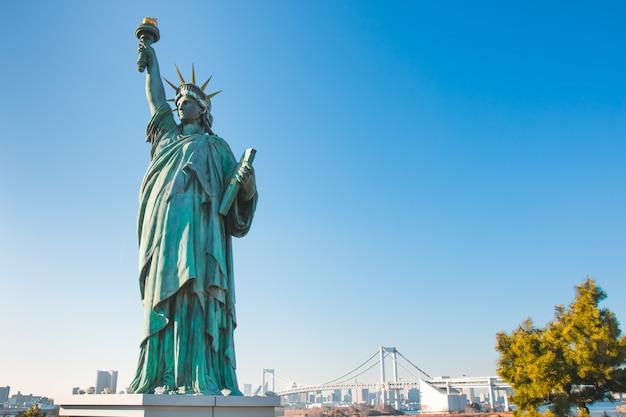 Le stand de lady liberty est juxtaposé près du pont rainbow à odaiba. japon
