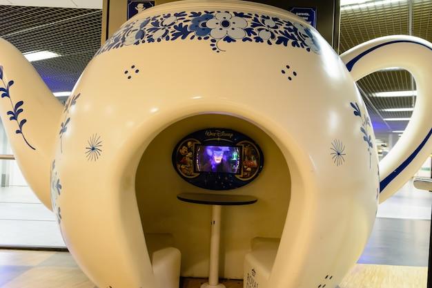 Le stand original sous la forme d'une bouilloire dans un café pour enfants. 27 juillet 2014 - amsterdam, pays-bas.