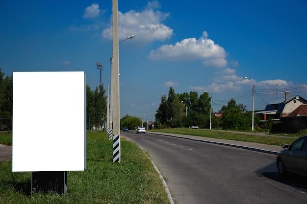 Stand de panneau publicitaire simulé dans la ville d'été