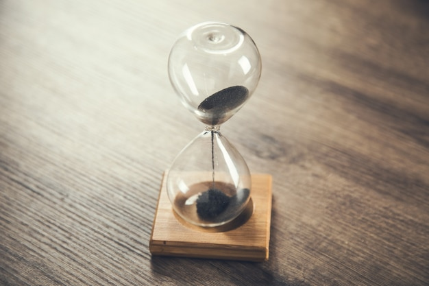 Stand de sablier sur une table en bois