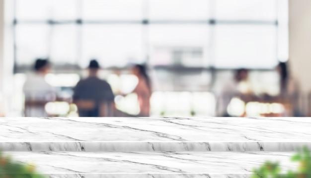 Stand de table en marbre étape vide avec flou personnes dans un café