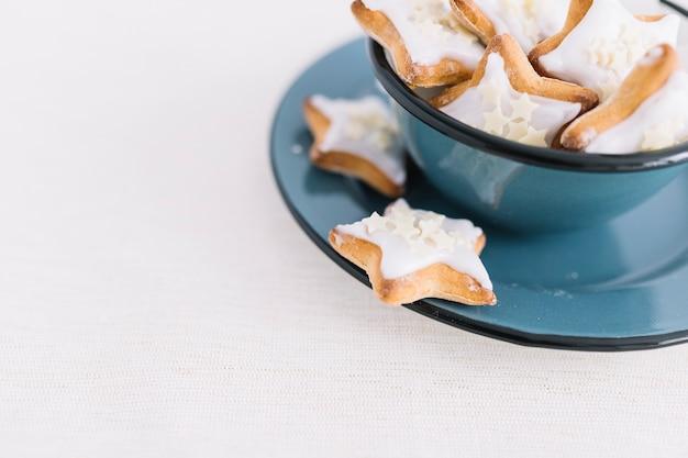 Star cookies dans un bol
