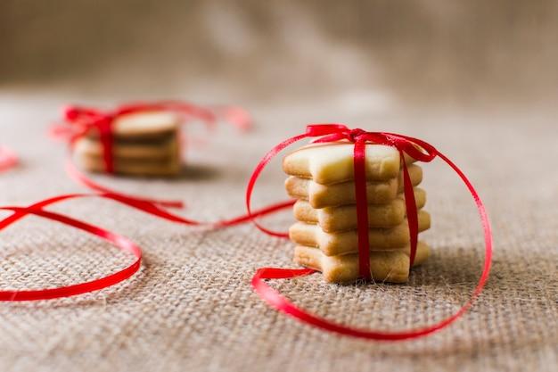 Star cookies avec ruban sur la table