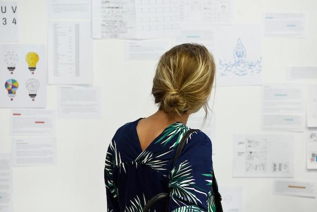 Startup, gens d'affaires à la recherche d'informations sur le conseil stratégique