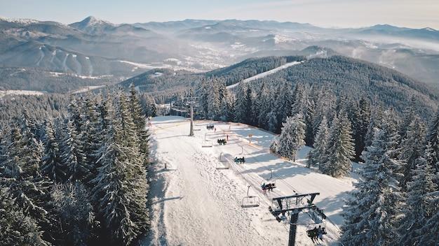 Station balnéaire à l'escalator de ski aérien de la montagne enneigée au point de repère touristique de la forêt de pins sport d'hiver actif