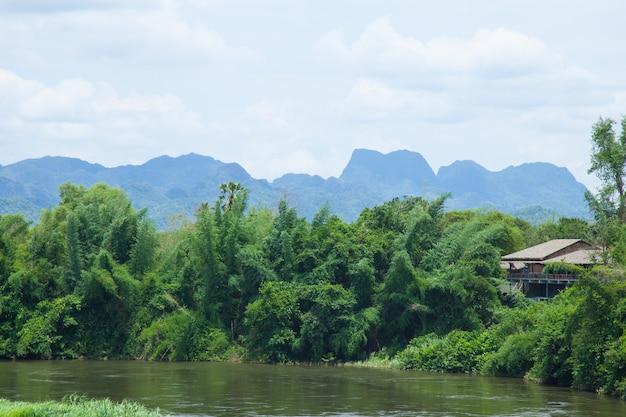 Station balnéaire est rivières et forêts adjacentes.