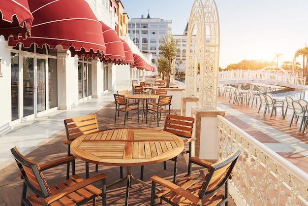 La station balnéaire populaire amara dolce vita luxury hotel. avec piscines et parcs aquatiques et zone de loisirs le long de la côte de la mer en turquie au coucher du soleil. tekirova-kemer.