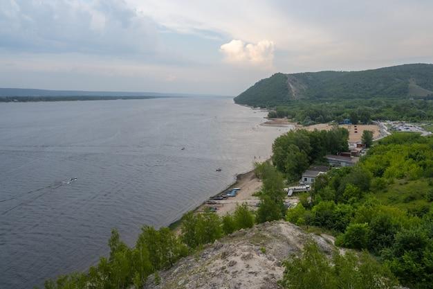 La station hydroélectrique zhiguli ou la station hydroélectrique zhigulyovskaya anciennement connue sous le nom de station hydroélectrique kuybyshev. la volga. samarskaïa louka.