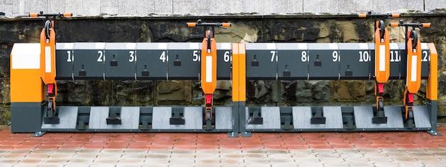 Station de location de trottinettes kick. matériel de transport plié