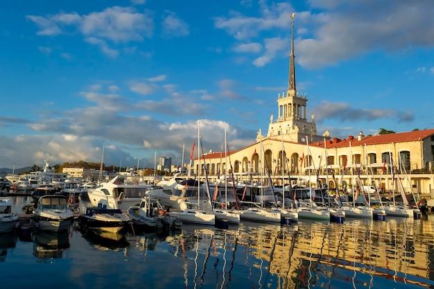 Station marine avec des navires et des yachts sur la rive de la mer noire à sotchi