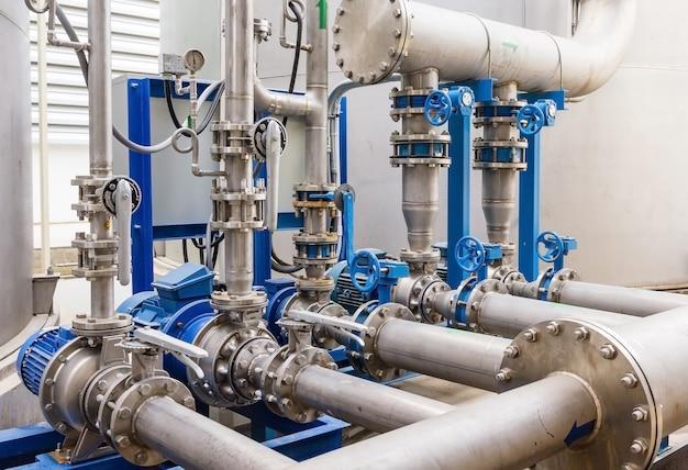 Station de pompage de l'eau et pipeline sur le toit du réservoir d'eau pour le travail industriel