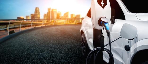 Station de recharge ev pour voiture électrique dans le concept d'énergie verte et d'éco-voyage