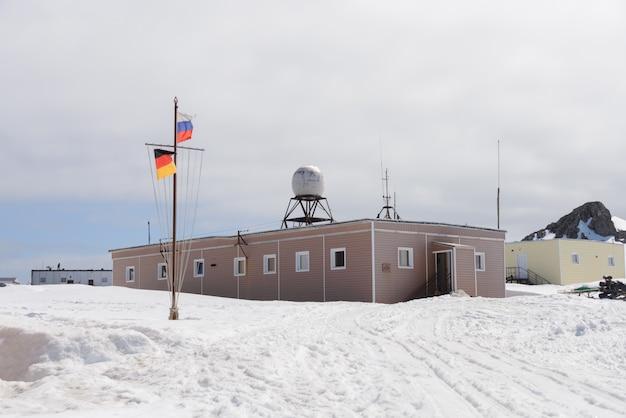 Station de recherche antarctique russe de bellingshausen sur l'île king george (panneau en russe: station de recherche de l'urss de bellingshausen 22 février 1968)