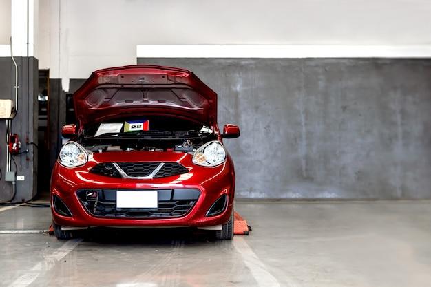 Station de réparation automobile avec flou artistique et lumière excessive en arrière-plan