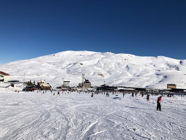 Station de ski d'erciyes en turquie. beau relief, soleil éclatant, pentes enneigées.