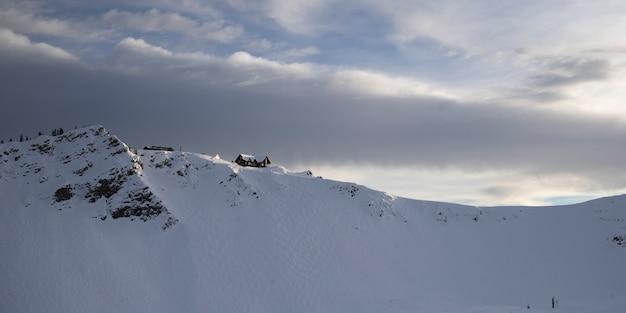 Station de ski sur la montagne couverte de neige, kicking horse mountain resort, golden, colombie-britannique, canad