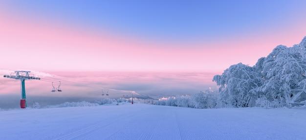Station de ski, vacances d'hiver. magnifique paysage de montagne sur la piste de ski à côté de l'ascenseur à l'aube.