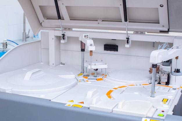 Station de travail de laboratoire d'analyses biochimiques et immunologiques.