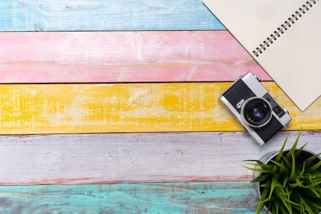 Stationnaire avec appareil photo vintage du fond vue de dessus
