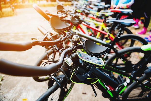 Stationnement pour vélos en file indienne avant la campagne