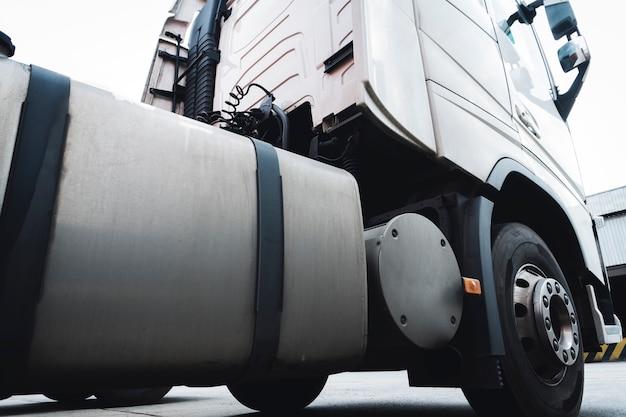 Stationnement semi-remorque de camion à l'entrepôt