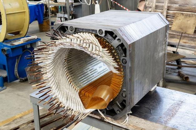 Stator d'un moteur électrique démonté dans le processus de réparation dans l'atelier