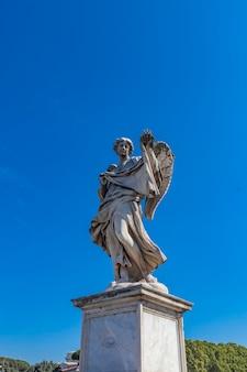 Statue d'ange au pont de sant angelo à rome