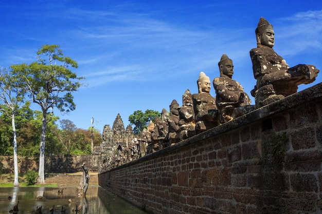 Statue à angkorthom, siem reap, cambodge.